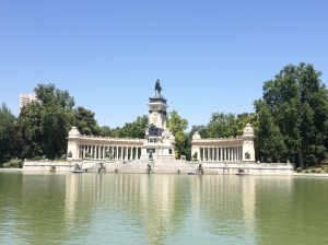 Monument to Alfonso XII next to the artificial lake.